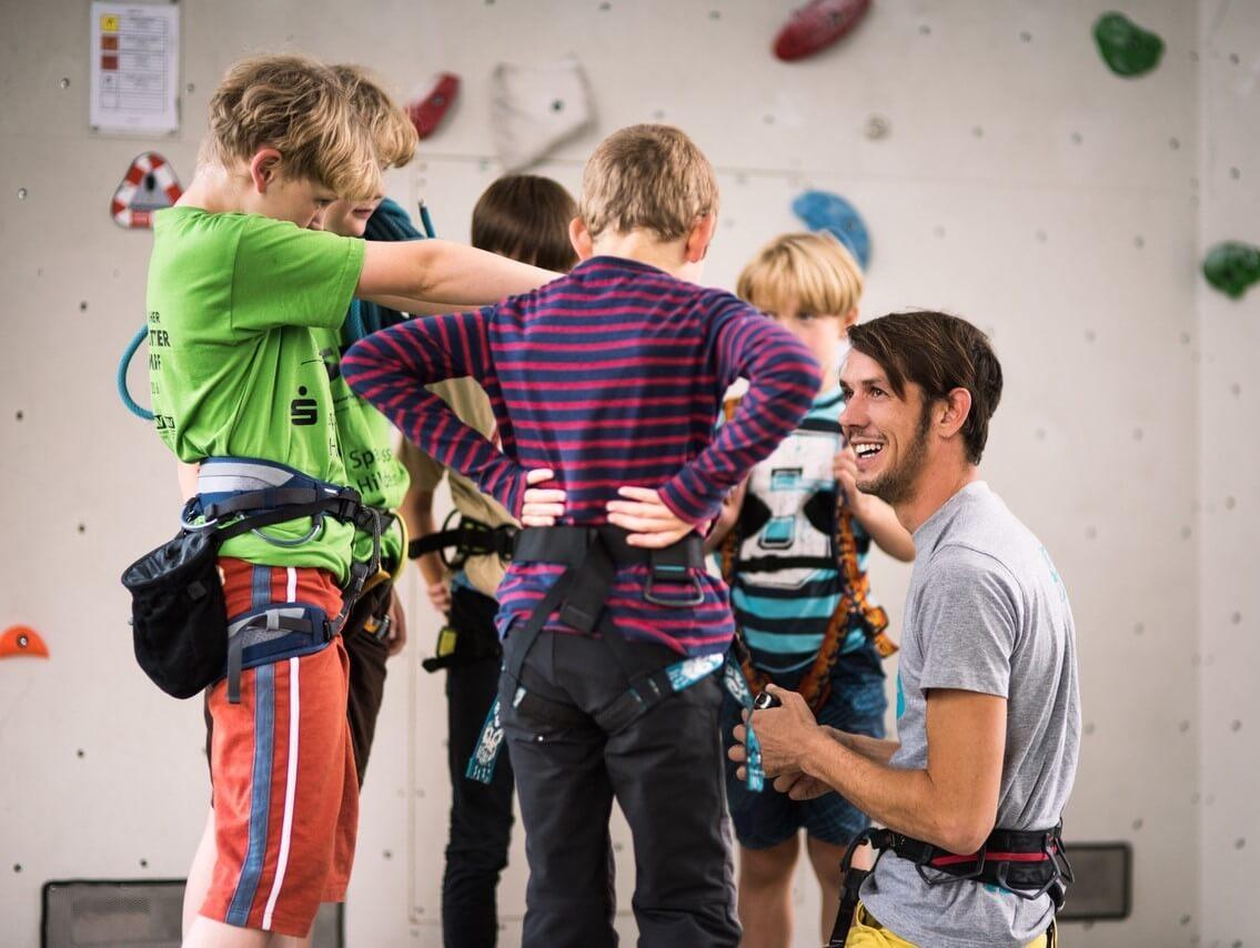 Kinder im Urban Apes Kletterwerk in Lübeck