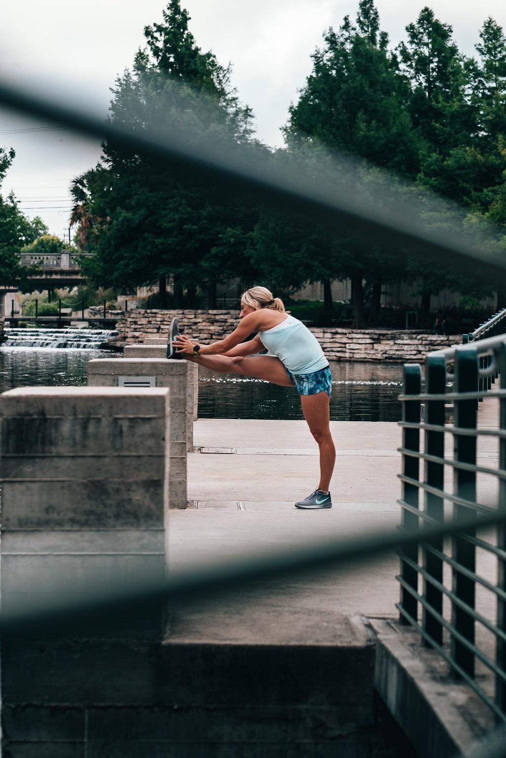 Frau beim Cool-Down nach dem Lauf