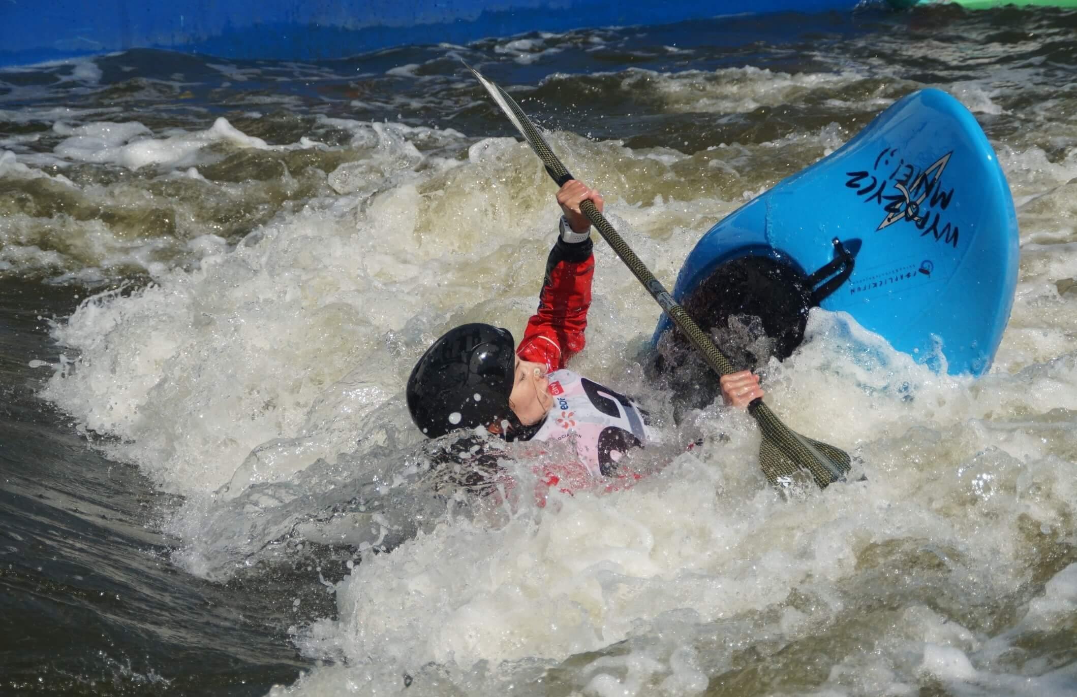 Anna beim Kajakfahren im Wildwasser