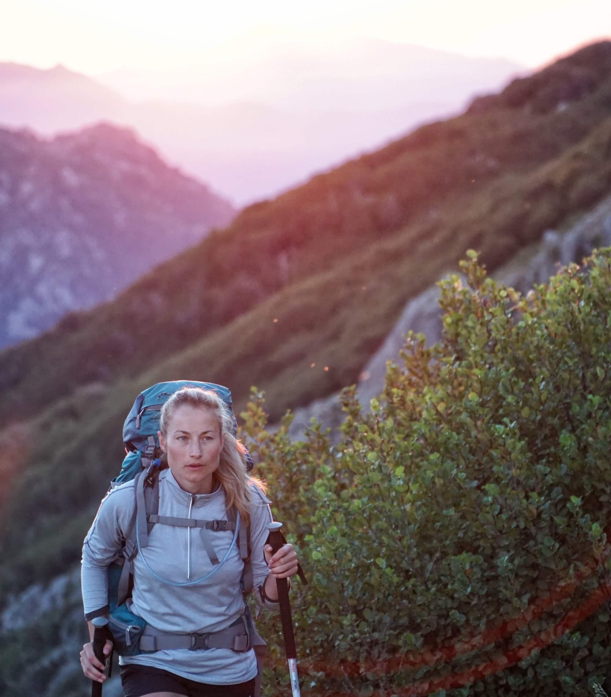 Frau auf Wanderung durch eine Berglandschaft