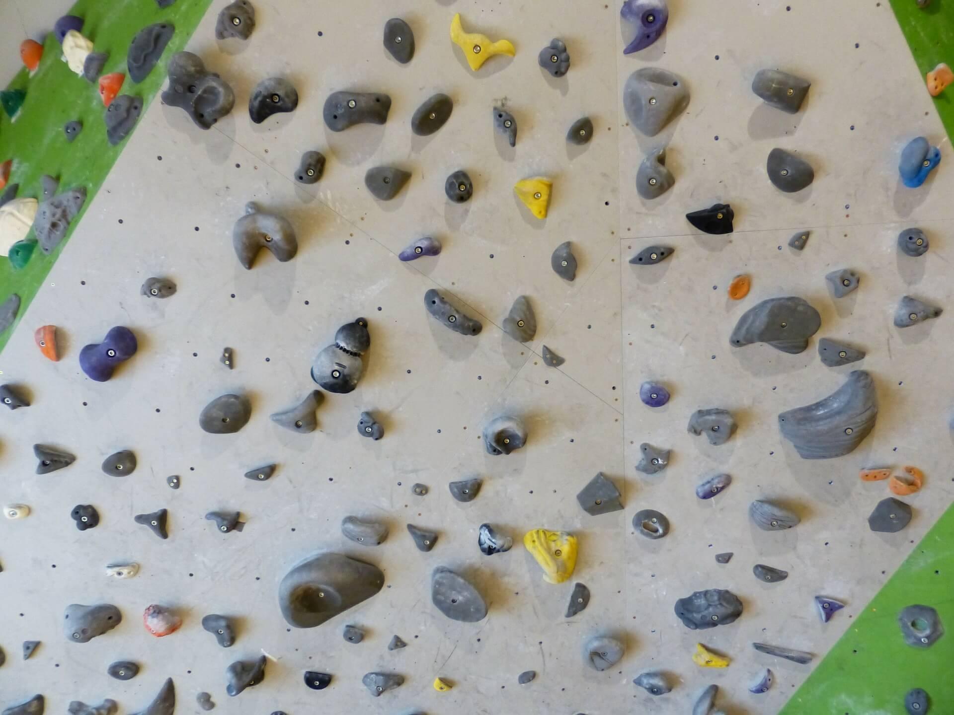 Boulderwand in der Halle