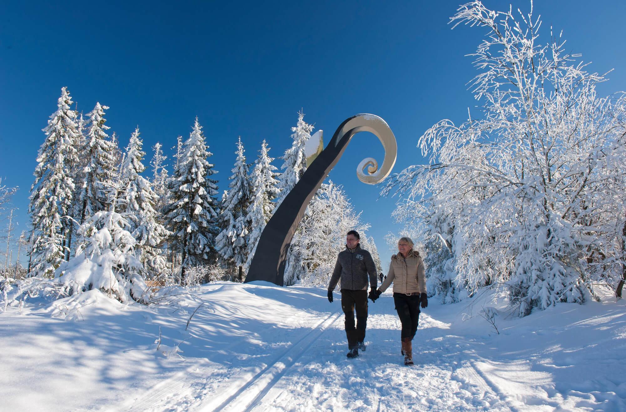 Waldskulptur Der Krummstab auf einer Winterwanderung