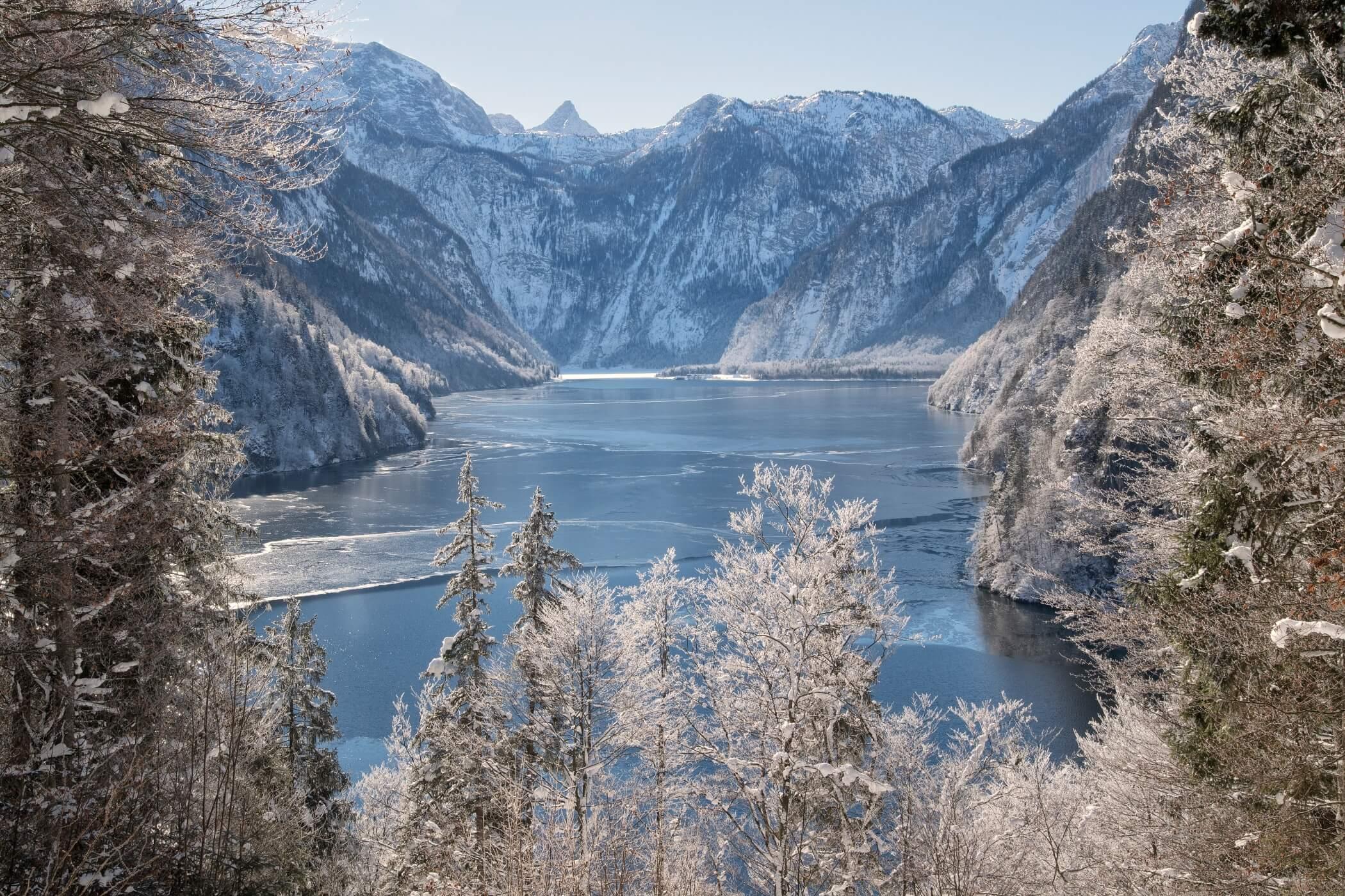 Ausblick auf den verschneiten Königssee vom Malerwinkel aus