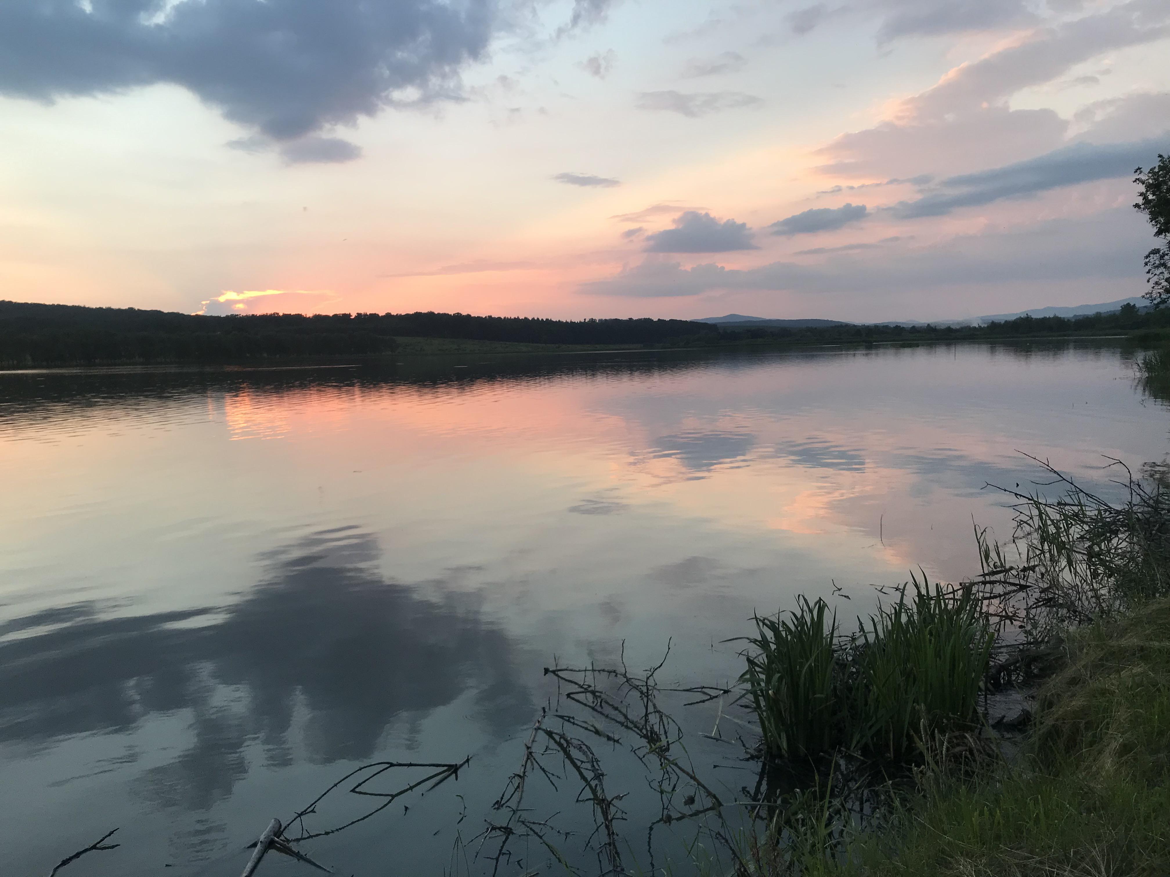 Sonnenuntergang spiegelt sich im See