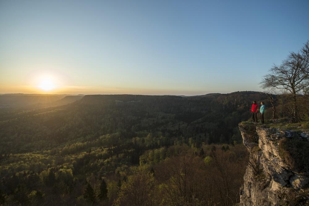 Wandern im Frühling - Traufgang mit Blick auf Burg Hohenzollern