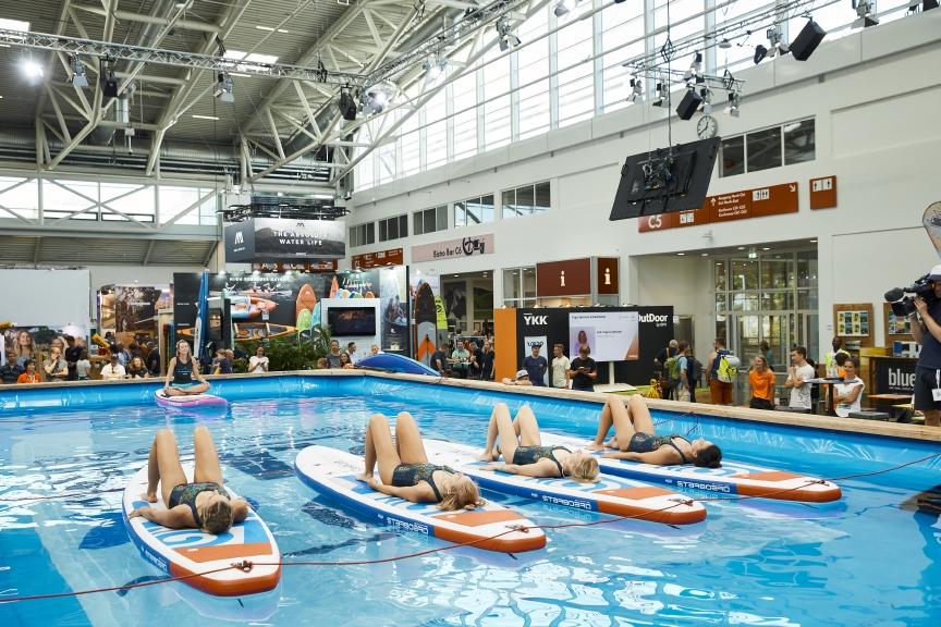 SUP Yoga auf der OutDoor by ISPO