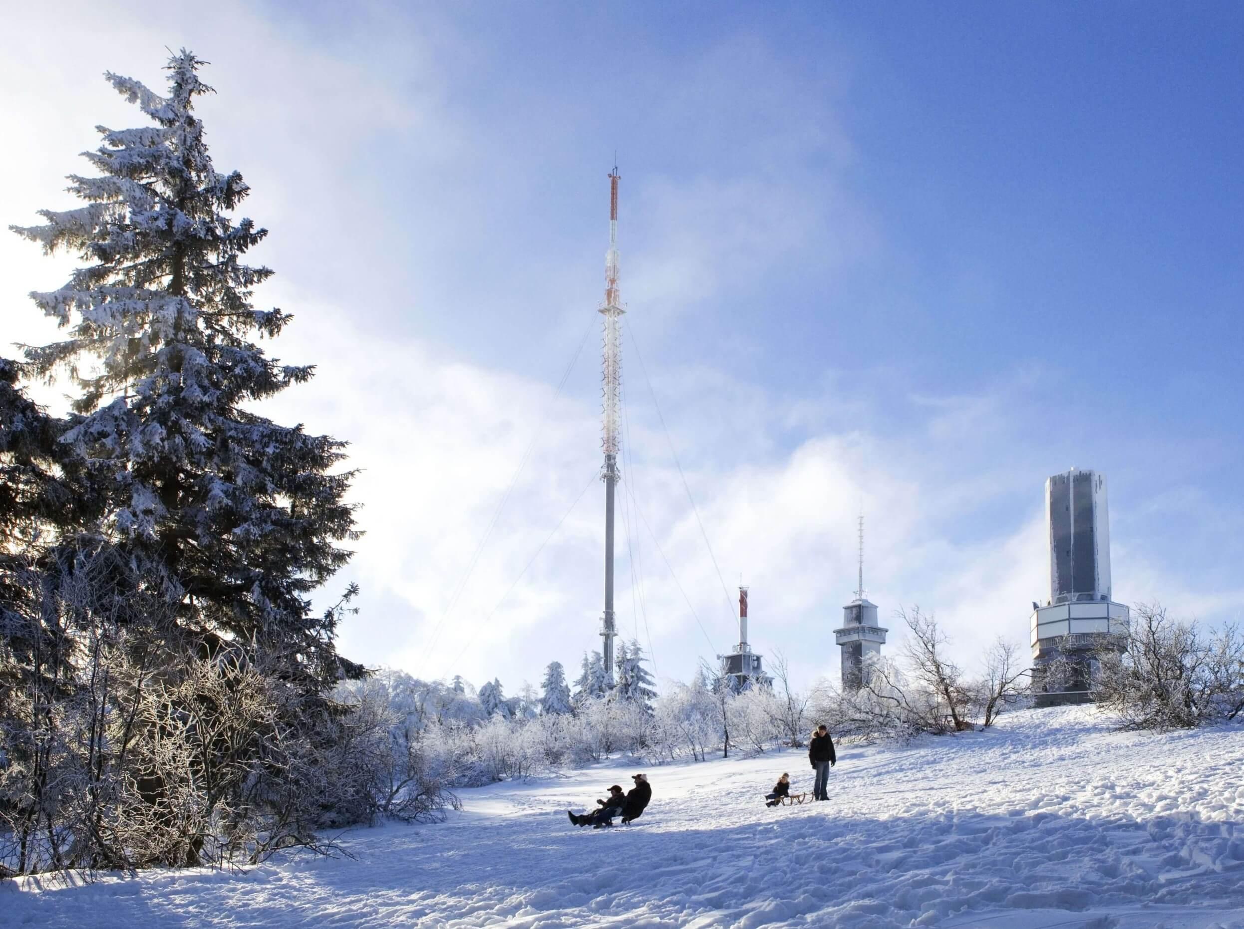 Schlittenfahrt bei der Winterwanderung am großen Feldberg im Taunus