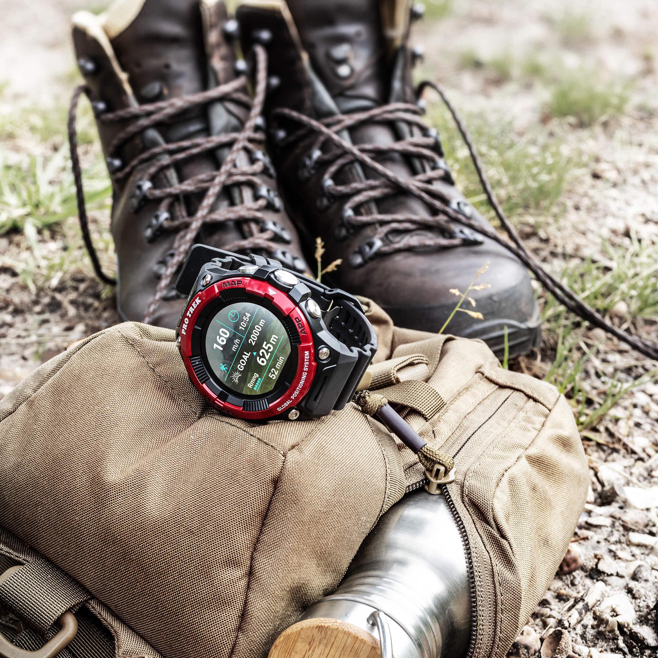 Casio Pro Trek Smartwatch Nahaufnahme mit Wanderschuhe