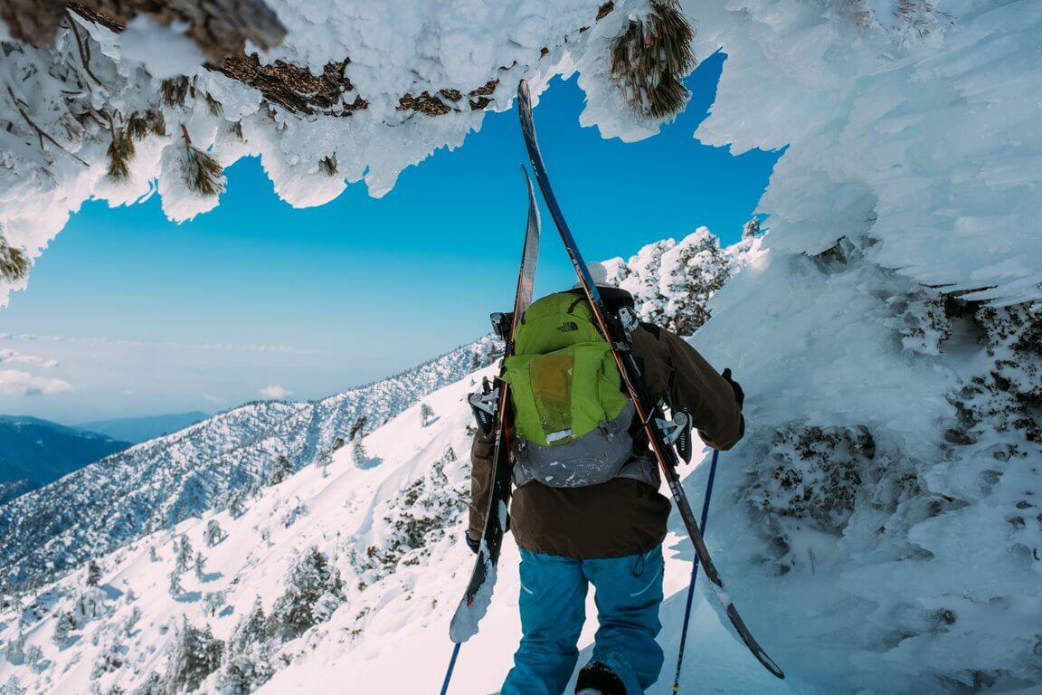 Aufstieg mit Ski bei Freeriding