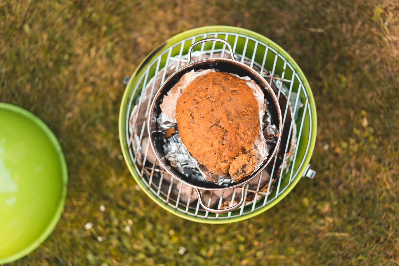 Brot backen über dem offenen Feuer