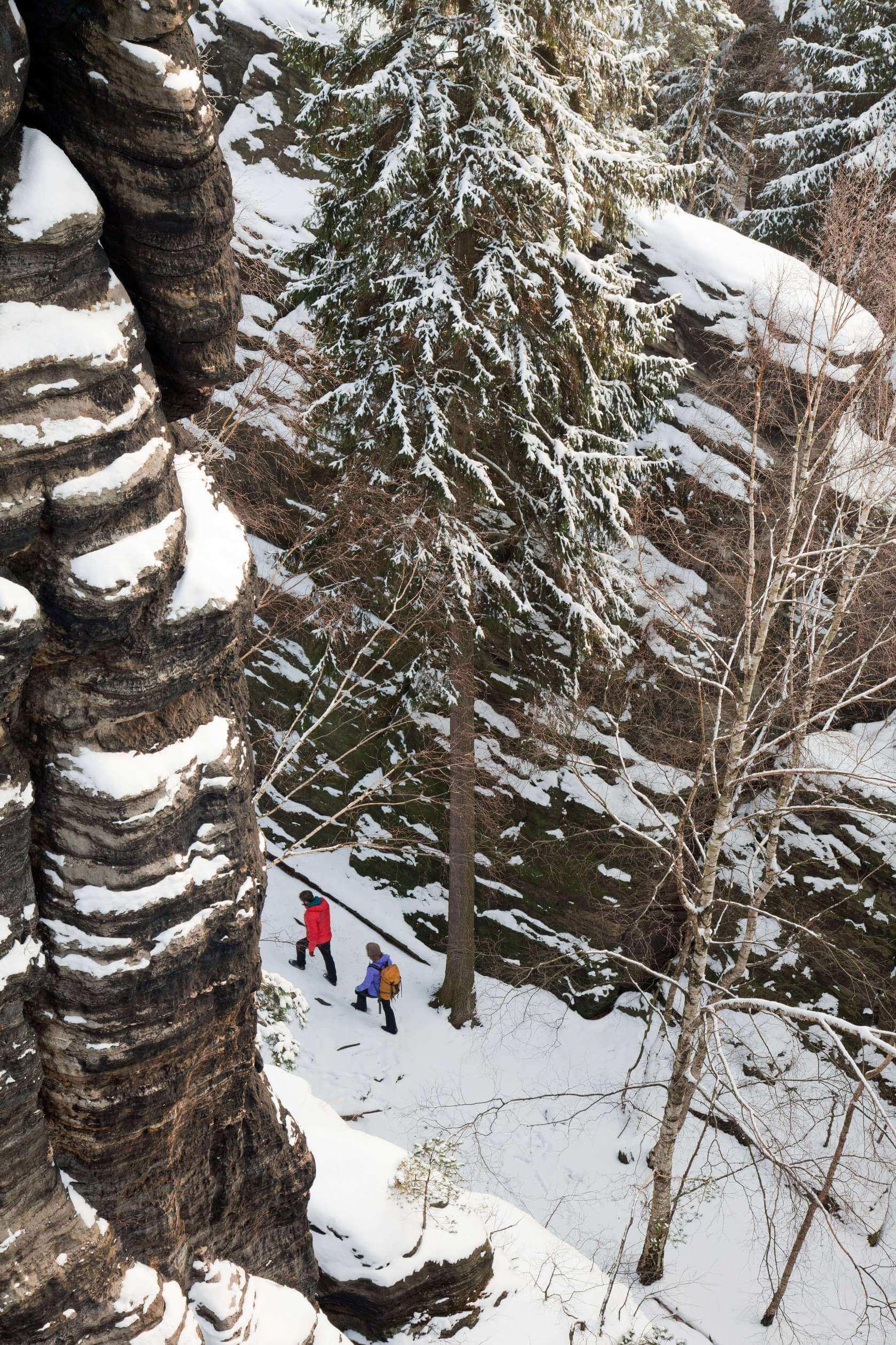 Wanderer in der Sächsischen Schweiz im Winter