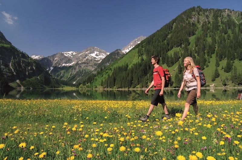 Wandern im Frühling - Höhenweg Jungholz im Tannheimer Tal