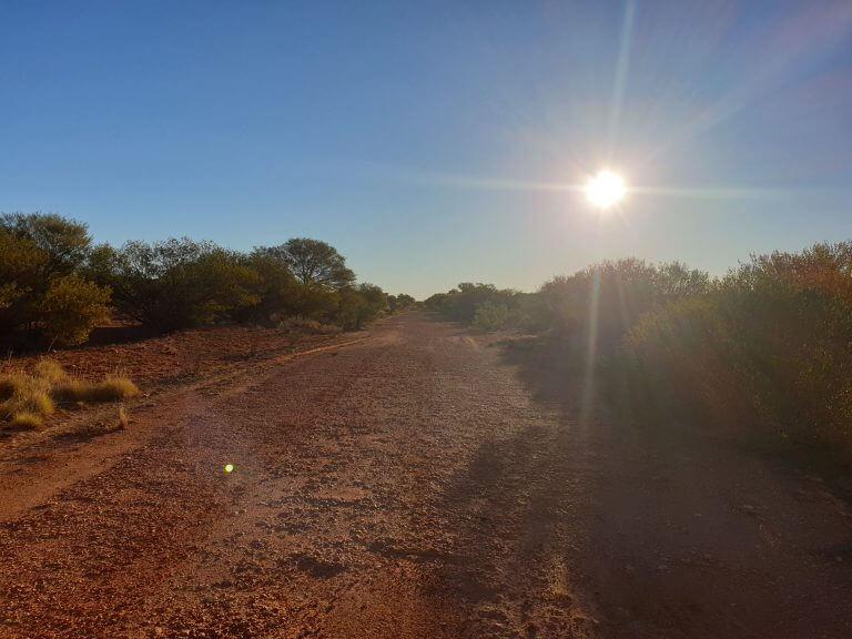 Laufen im australischen Outback - laufen in den Sonnenuntergang hinein