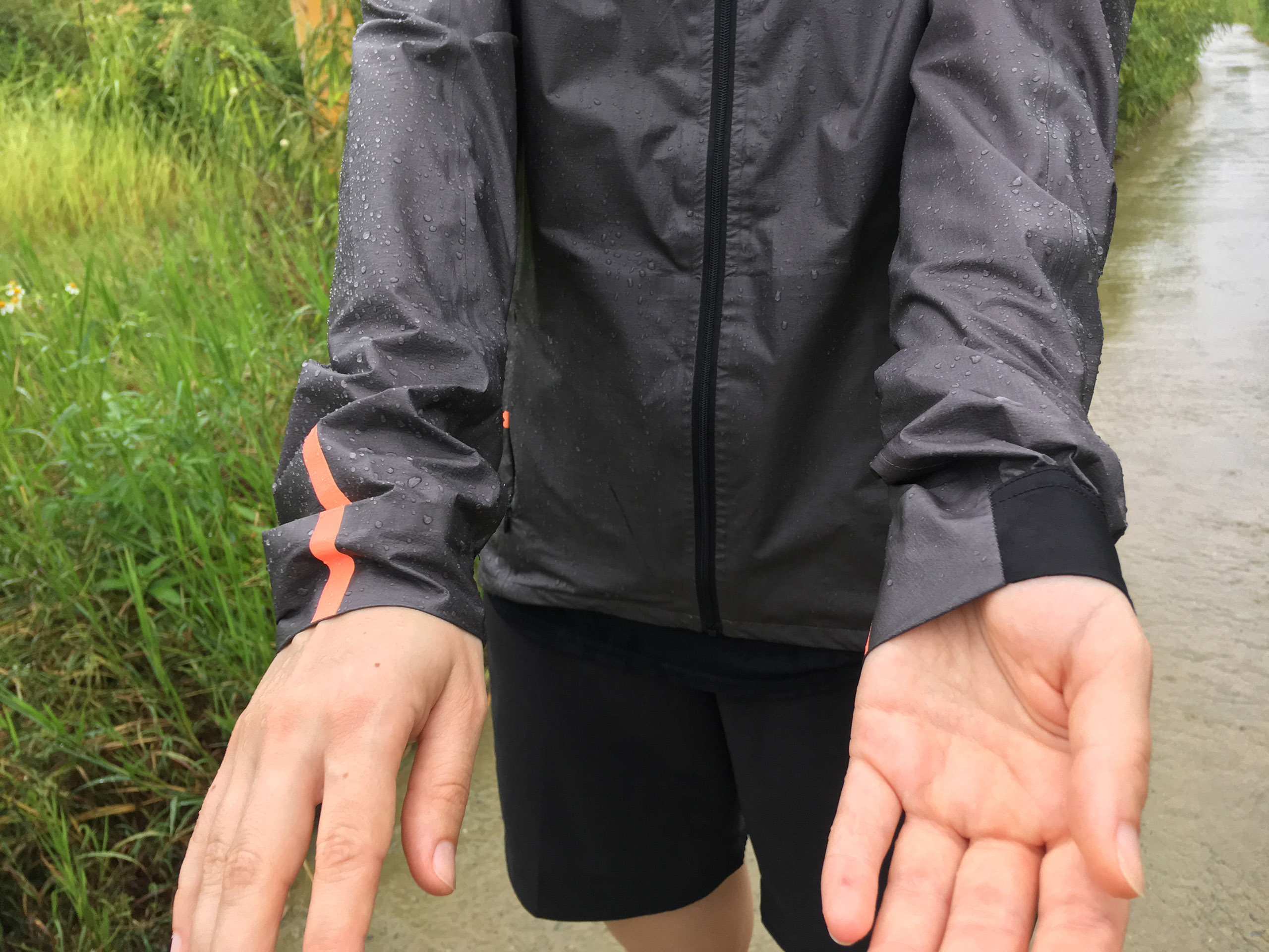 GORE Wear Shakedry Jacke mit Regentropfen