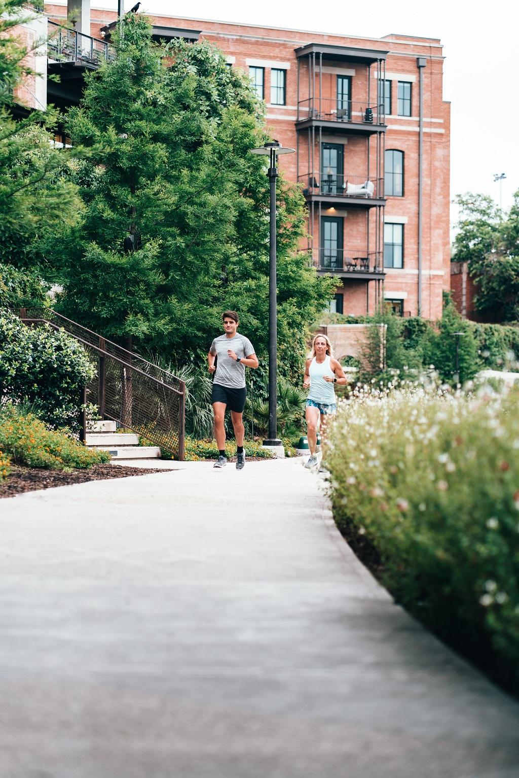 Mann und Frau joggen durch die Stadt