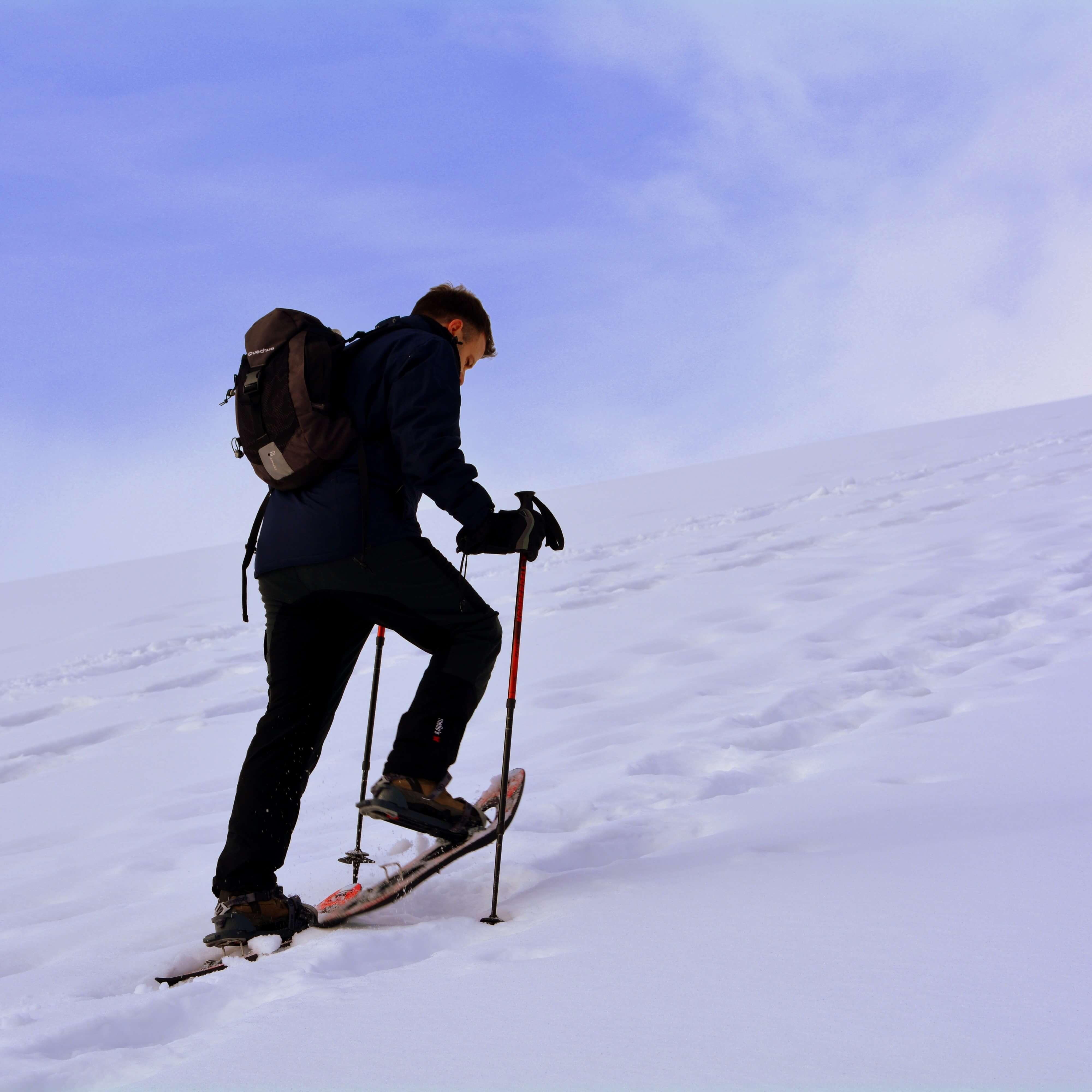 Schneeschuhwanderer am Berg